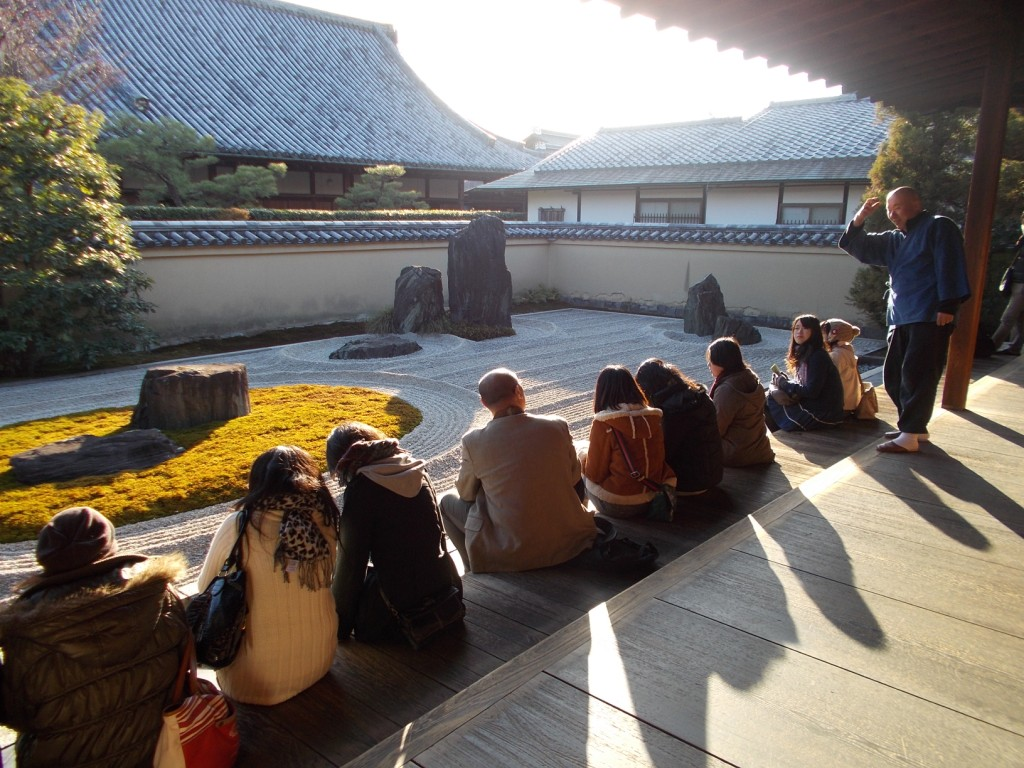 住職より蓬莱神仙の世界観を表現したとの説明をうけ、学生たちはどう感じたのでしょう。